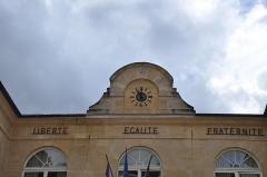 Mairie et marché couvert - English: Town hall of La Roche-Guyon (France)