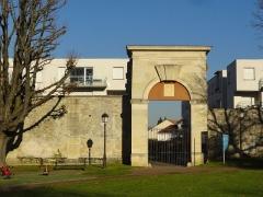 Château des Caramans - Français:   Portail sud des écuries de l\'ancien château.