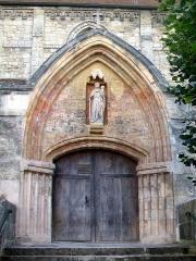 Eglise Saint-Clair - Français:   Portail principal nord-ouest sur la place Rollon; Vierge à l\'Enfant classée.
