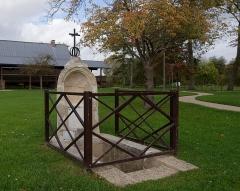 Ermitage de Saint-Clair - Français:   Fontaine dite miraculeuse de Saint-Clair-sur-Epte (Val d\'Oise), rattachée à l\'Ermitage de Saint-Clair mais située à l\'extérieur de l\'enclos.