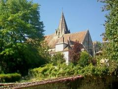 Eglise - Français:   Vue sur l\'église depuis le sud-est; la maison devant le chœur est l\'ancien presbytère.