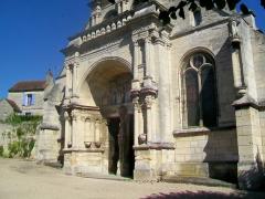Eglise - Français:   Vue sur la façade principale nord-ouest depuis la rue Robert-Guésnier (ancienne RN 14).