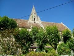 Eglise - Français:   La façade sud est en grande partie dissimulée par le jardin de l\'ancien presbytère.