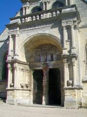 Eglise - Français:   Le portail Renaissance sur la façade nord-ouest.