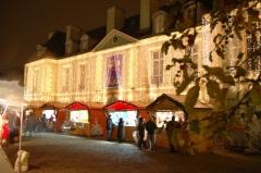 Château du Maréchal de Catinat - Français:   Le château Catinat, à Saint-Gratien (Val d\'Oise), de nuit par temps de pluie avec pendant le marché de Noël.  Je (Grégoire Barbier, gb at gbarbier dot org) suis l\'auteur de cette photo.  Licensing  Ce image est sous double licence, vous pouvez choisir la licence qui vous arrange le mieux parmi celles-ci: