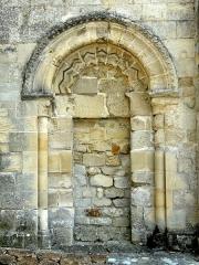 Eglise -  Ancien portail dans le mur ouest du croisillon sud.