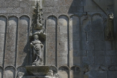 Eglise - Deutsch: Katholische Kirche Saint-Martin in Survilliers, einer Gemeinde im Canton de Luzarches (Île de France), Portalfassade mit der Skulptur einer Heiligen