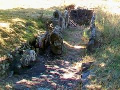 Allée couverte dite cimetière des Anglais - Français:   Vue depuis l\'est (en direction de la ville nouvelle de Vauréal).