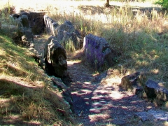 Allée couverte dite cimetière des Anglais - Français:   Vue depuis l\'est (en direction de la ville nouvelle de Vauréal). Plusieurs pierres sont couvertes de tags.