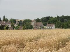 Eglise Saint-Romain -  Vue sur l'église et le village depuis le sud.