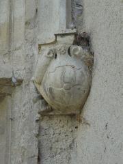Château -  Détail de la fenêtre à meneau sud de la façade ouest du château de Château-Arnoux (qui abrite la mairie): console supportant le piédroit sud (tout à droite) sculpté d'armoiries.