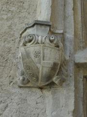 Château -  Détail de la fenêtre à meneau sud de la façade ouest du château de Château-Arnoux (qui abrite la mairie): console supportant le piédroit nord (à gauche) sculpté d'armoiries.