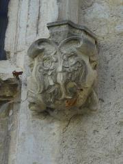 Château -  Détail de la croisée centrale de la façade ouest du château de Château-Arnoux (qui abrite la mairie): console supportant le piédroit sud (droite) sculpté d'armoiries.
