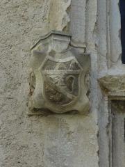 Château -  Détail de la croisée centrale de la façade ouest du château de Château-Arnoux (qui abrite la mairie): console supportant le piédroit nord (à gauche) sculpté d'armoiries.