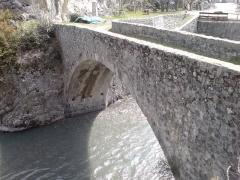 Pont de Saint-Roch ou Vieux Pont - Français:   Pont Saint-Roch de Colmars, Alpes-de-Haute-Provence (face amont, au sud de la ville). On aperçoit les trous de boulins qui ont accueilli les poutres soutenant le cintre lors de la construction du pont. Désaffecté en 1894, classé monument historique en 1927