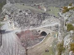Pont de Saint-Roch ou Vieux Pont - Français:   Pont Saint-Roch de Colmars, Alpes-de-Haute-Provence, vu du fort de France, et le pont moderne qui l'a remplacé en 1894. La vue permet de mieux saisir l'utilité des cornes ou arcs de décharge côté aval, qui permettaient aux attelages de prendre les virages du pont.