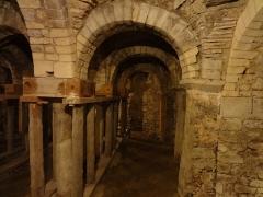 Ferme du prieuré de Vilhosc -       This file was uploaded  with Commonist.  Crypte du prieuré Saint-Gervais (le titre du fichier ne doit pas induire en erreur, il s'agit bien du prieuré, et non de l'église paroissiale qui est bien sous l'invocation des deux saints Gervais et Protais). Les étais ont été posés en 1978.