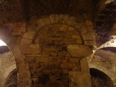 Ferme du prieuré de Vilhosc -       This file was uploaded  with Commonist.  Crypte du prieuré Saint-Gervais (le titre du fichier ne doit pas induire en erreur, il s'agit bien du prieuré, et non de l'église paroissiale qui est bien sous l'invocation des deux saints Gervais et Protais). Détail d'un pilier, qui comporte une voûtelette.