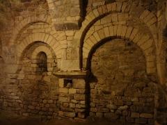 Ferme du prieuré de Vilhosc -       This file was uploaded  with Commonist.  Crypte du prieuré Saint-Gervais (le titre du fichier ne doit pas induire en erreur, il s'agit bien du prieuré, et non de l'église paroissiale qui est bien sous l'invocation des deux saints Gervais et Protais).