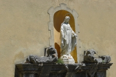 Ancienne cathédrale Notre-Dame de l'Assomption, actuellement église paroissiale - English: Statue of Saint Mary over the entrance of the church in Entrevaux, Alpes-de-Haute-Provence, France
