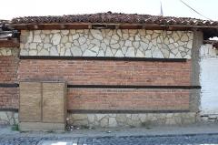 Ancienne cathédrale Notre-Dame de l'Assomption, actuellement église paroissiale - English: A wall with diferents materials, Gjakove