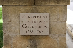 Couvent des Cordeliers (restes de l'ancien) - Français:   Croix du cloître du couvent des Cordeliers à Forcalquier.