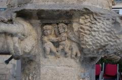 Fontaine Saint-Michel - Français:   base de la fontaine Saint-Michel (Forcalquier, Alpes de Haute-Provence, France). Les curieuses scènes sculptées représenteraient les vices que saint Michel cherche à écraser.