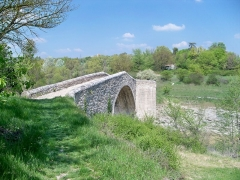 Pont des Trois Arches dit aussi Pont Romain franchissant La Laye (ruines) - English: Romain nridge crossing Laye river, near Mane, France