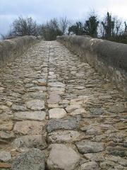 Pont des Trois Arches dit aussi Pont Romain franchissant La Laye (ruines) - Deutsch: Die Pont sur Laye in der Nähe von Mane, Département Alpes-de-Haute-Provence, Provence (Frankreich)