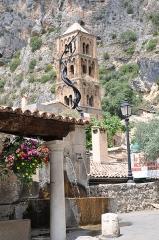 Eglise - Français:   Fontaine et Notre-Dame à Moustiers-Sainte-Marie
