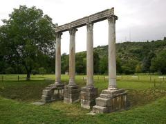 Quatre colonnes antiques surmontées d'un entablement -  Alpes-Haute-Provence Riez Colonnes Romaines Temple Apollon