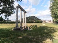 Quatre colonnes antiques surmontées d'un entablement - Français:   Alpes-de-Haute Provence, Riez, Les 4 Colonnes antiques vues de profil