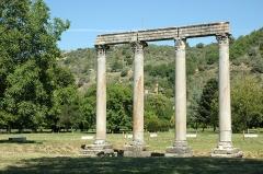 Quatre colonnes antiques surmontées d'un entablement - Français:   Temple d\'Apollon in Riez