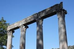 Quatre colonnes antiques surmontées d'un entablement - Deutsch: Rekonstruktionszeichnung des römischen Tempels in Riez