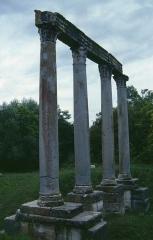 Quatre colonnes antiques surmontées d'un entablement - Deutsch: Apollo-Tempel in Riez