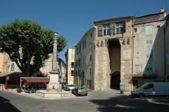 Fontaine dite de la Colonne - Français:   Porte à Riez