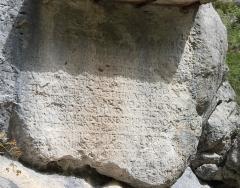 Roche ornée avec inscription gallo-romaine dite la Pierre Ecrite - Français:   Inscription rupestre latine d\'époque romaine entre Sisteron et Saint-Geniez (04) commémorant les travaux de Claudius Postumus Dardanus. Référence CIL XII, 1524.