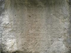 Roche ornée avec inscription gallo-romaine dite la Pierre Ecrite - Français:   Texte latin gravé dans la roche, mentionnant le préfet des Gaules Claudius Postumus Dardanus, son épouse Naevia Galla et son frère Claudius Lepidus. (Chardavon - Saint-Geniez - Alpes de Haute-Provence, France)