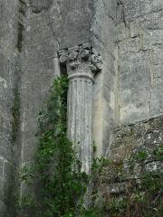 Chapelle avec son clocher -  Colonne et chapiteau corinthien à l'extérieur de l'église Saint-Michel à Saint-Michel-de-l'Observatoire (04).