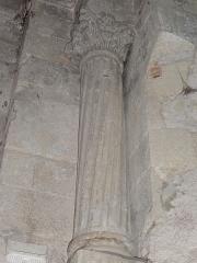 Chapelle avec son clocher -  Colonne accostée à un des piliers soutenant la coupole, aux cannelures torses.