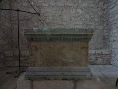 Chapelle avec son clocher -  Maître-autel de l'église Saint-Michel à Saint-Michel-de-l'Observatoire (04).