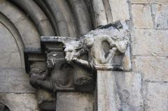 Eglise - Deutsch: Katholische Kirche Notre-Dame-de-Nazareth in Seyne, einer Gemeinde im Département Alpes-de-Haute-Provence in der französischen Region Provence-Alpes-Côte d'Azur, Kapitelle am Portal