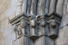 Eglise - Deutsch: Katholische Kirche Notre-Dame-de-Nazareth in Seyne, einer Gemeinde im Département Alpes-de-Haute-Provence in in der französischen Region Provence-Alpes-Côte d'Azur, Kapitelle am Portal