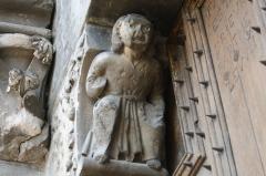 Eglise - Deutsch: Katholische Kirche Notre-Dame-de-Nazareth in Seyne, einer Gemeinde im Département Alpes-de-Haute-Provence in in der französischen Region Provence-Alpes-Côte d'Azur, skulptierter Kragstein am Portal
