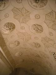 Ancien château, actuellement mairie - English: Gypseries dans l'escalier du château de Volonne