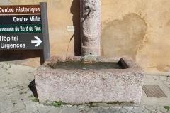 Fontaine - Français:   Fontaine, rue Pierre-et-Marie-Curie, Embrun.