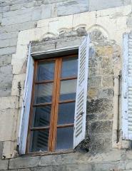 Hôtel des Gouverneurs - Français:   Embrun - Hôtel des gouverneurs - Vestige de fenêtre gothique