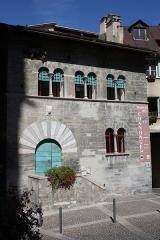 Maison des Chanonges ou du Chapître, anciennement collège des Chanoines de la cathédrale - Deutsch: Maison des Chanonges in Embrun, einer Gemeinde im Département Hautes-Alpes in der französischen Region Provence-Alpes-Côte d'Azur, romanisches Haus aus dem 13. Jahrhundert