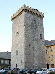Ancien archevêché d'Embrun - Français:   Embrun - Tour Brune à côté de la partie la plus ancienne du palais des Archevêques