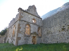 Château de Lesdiguières (ruines du) - English: The ruins of the Chapel of the Castle of Lesdiguières in Le Glaizil (Hautes-Alpes, France). Built in the 14th Century, destroyed by a fire hazard in the 17th Century.
